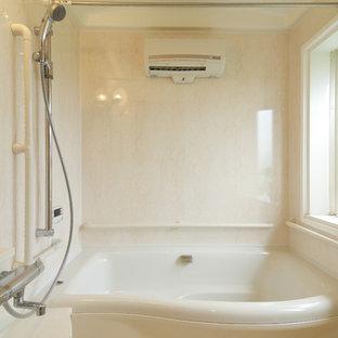 他の地域のモダンスタイルのおしゃれな浴室 (青いキャビネット、開き戸のシャワー) の写真