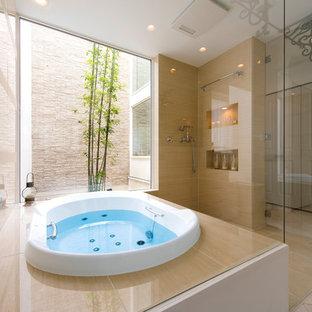 ヴィクトリアン調のおしゃれな浴室 (ドロップイン型浴槽、ベージュの壁、ベージュの床) の写真