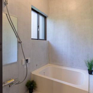 他の地域の小さいコンテンポラリースタイルのおしゃれなマスターバスルーム (インセット扉のキャビネット、白い壁、コンクリートの床、白い床) の写真