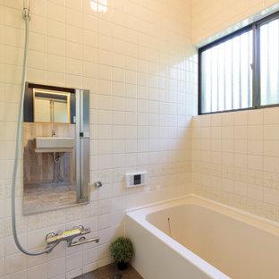 他の地域の小さいインダストリアルスタイルのおしゃれなマスターバスルーム (アルコーブ型浴槽、オープン型シャワー、白い壁、コンクリートの床、グレーの床、磁器タイル) の写真