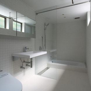 他の地域のモダンスタイルのおしゃれな浴室 (ドロップイン型浴槽、オープン型シャワー、壁付け型シンク、白い床、オープンシャワー) の写真