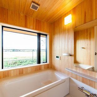 Modelo de cuarto de baño asiático con bañera esquinera, ducha abierta, paredes marrones, suelo blanco y ducha abierta