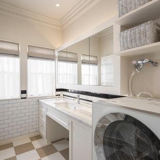 横浜のミッドセンチュリースタイルのおしゃれな浴室の写真