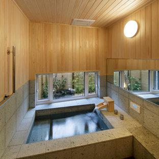 Modernes Badezimmer En Suite mit Eckbadewanne, bunten Wänden und schwarzem Boden in Sonstige