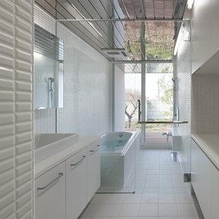 他の地域の和風のおしゃれなマスターバスルーム (インセット扉のキャビネット、白いキャビネット、アンダーマウント型浴槽、白いタイル、モザイクタイル、人工大理石カウンター、白い洗面カウンター、ベッセル式洗面器、白い床) の写真