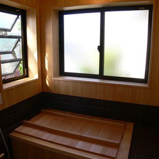 Foto di una stanza da bagno etnica con vasca giapponese, piastrelle marroni, pareti beige, pavimento in sughero, doccia aperta, pavimento marrone, soffitto in legno e pareti in legno