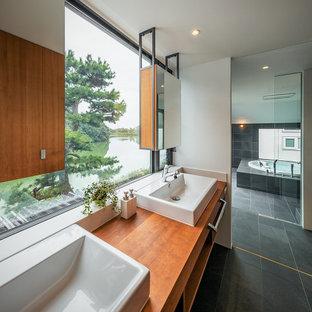 Idée de décoration pour une salle de bain design avec un sol en marbre, un plan de toilette en bois, un sol noir, meuble double vasque, un plafond en lambris de bois, du lambris de bois, des portes de placard blanches, un bain bouillonnant, une douche double et meuble-lavabo encastré.
