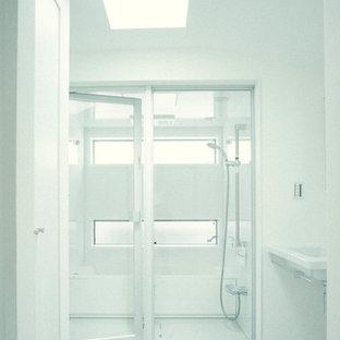 Idee per una stanza da bagno padronale minimalista di medie dimensioni con ante di vetro, WC monopezzo, piastrelle grigie, piastrelle di cemento, pareti bianche, parquet scuro e lavabo sospeso