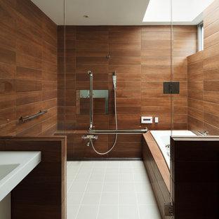 Badezimmer mit braunen Fliesen in Tokio Ideen, Design ...