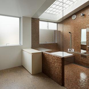 東京23区の大きいモダンスタイルのおしゃれなマスターバスルーム (フラットパネル扉のキャビネット、濃色木目調キャビネット、段差なし、茶色いタイル、モザイクタイル、茶色い壁、コルクフローリング、アンダーカウンター洗面器、クオーツストーンの洗面台、ベージュの床、オープンシャワー、コーナー型浴槽) の写真