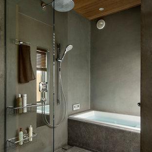 Mittelgroßes Modernes Badezimmer mit flächenbündigen Schrankfronten, hellbraunen Holzschränken, grauer Wandfarbe, Keramikboden, Quarzwerkstein-Waschtisch, grauem Boden, bunter Waschtischplatte, Einbaubadewanne, offener Dusche und Falttür-Duschabtrennung in Tokio