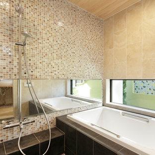他の地域のモダンスタイルのおしゃれな浴室 (コーナー型浴槽、オープン型シャワー、茶色いタイル、ベージュのタイル、白いタイル、ベージュの壁、黒い床、オープンシャワー) の写真
