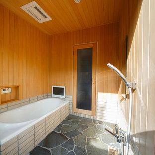 京都の小さい和風のおしゃれな浴室 (コーナー型浴槽、オープン型シャワー、茶色い壁、グレーの床、オープンシャワー) の写真