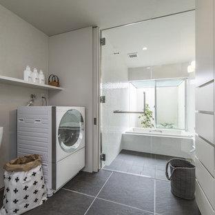 他の地域のコンテンポラリースタイルのおしゃれな浴室 (開き戸のシャワー) の写真
