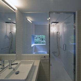 他の地域のコンテンポラリースタイルのおしゃれな浴室 (コーナー型浴槽、オープン型シャワー、白い壁、白い床) の写真