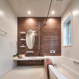 Modernes Badezimmer mit Eckbadewanne, offener Dusche und weißer Wandfarbe in Sonstige