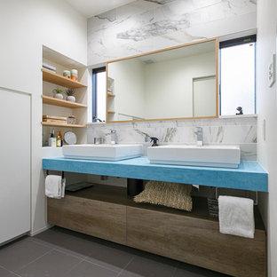 コンテンポラリースタイルのおしゃれな浴室 (インセット扉のキャビネット、中間色木目調キャビネット、グレーの壁、グレーの床、ベッセル式洗面器) の写真