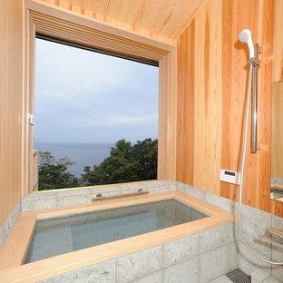 東京23区のモダンスタイルのおしゃれな浴室 (コーナー型浴槽、オープン型シャワー、茶色い壁、グレーの床、オープンシャワー) の写真