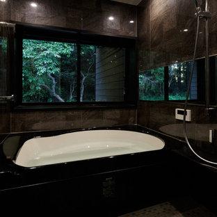 Inspiration för ett funkis badrum, med plywoodgolv och brunt golv