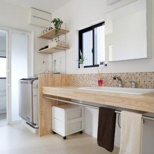 京都のアジアンスタイルのおしゃれな浴室 (オープンシェルフ、マルチカラーのタイル、モザイクタイル、白い壁、オーバーカウンターシンク、木製洗面台、ベージュの床、ベージュのカウンター) の写真