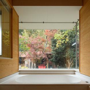 Modelo de cuarto de baño principal, de estilo zen, de tamaño medio, sin sin inodoro, con bañera encastrada sin remate, paredes beige, suelo blanco y ducha con puerta con bisagras