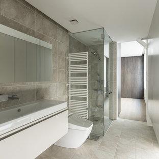 大阪のモダンスタイルの浴室・バスルームの画像 (フラットパネル扉のキャビネット、白いキャビネット、茶色い壁、ベッセル式洗面器、茶色い床)