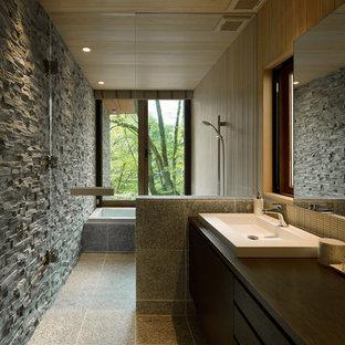 他の地域のコンテンポラリースタイルのおしゃれな浴室 (フラットパネル扉のキャビネット、コーナー型浴槽、オープン型シャワー、マルチカラーの壁、グレーの床、オープンシャワー) の写真