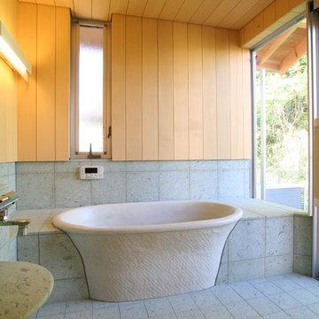 浴室  信楽焼の浴槽、十和田石とヒバ材に包まれた空間です