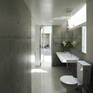 Пример оригинального дизайна: ванная комната в стиле модернизм с серыми стенами, консольной раковиной и серым полом