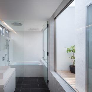 他の地域のモダンスタイルのおしゃれなマスターバスルーム (インセット扉のキャビネット、白い洗面カウンター、白いキャビネット、ドロップイン型浴槽、バリアフリー、白いタイル、モザイクタイル、白い壁、ベッセル式洗面器、黒い床、オープンシャワー) の写真