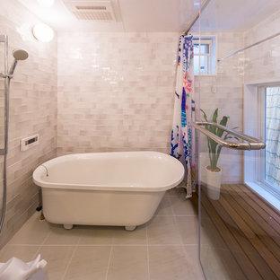 他の地域の中サイズの北欧スタイルのおしゃれなマスターバスルーム (置き型浴槽、洗い場付きシャワー、グレーのタイル、磁器タイル、磁器タイルの床、白い床、開き戸のシャワー) の写真