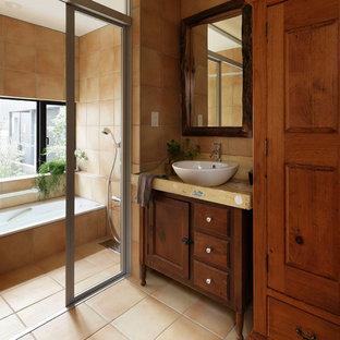 東京23区のトラディショナルスタイルのおしゃれな浴室 (茶色いキャビネット、ベージュのタイル、テラコッタタイル、ベージュの壁、テラコッタタイルの床、ベッセル式洗面器、ベージュの床、ベージュのカウンター、コーナー型浴槽、オープン型シャワー、オープンシャワー) の写真