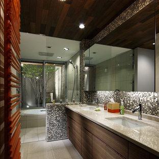 名古屋のコンテンポラリースタイルのおしゃれな浴室 (フラットパネル扉のキャビネット、中間色木目調キャビネット、マルチカラーの壁、一体型シンク、マルチカラーの床) の写真