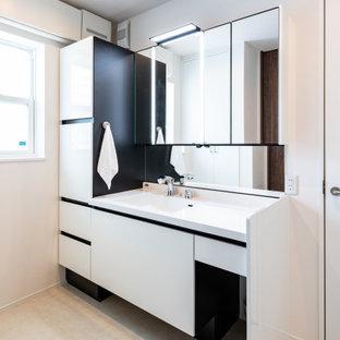 福岡のコンテンポラリースタイルのおしゃれな浴室 (フラットパネル扉のキャビネット、白いキャビネット、白い壁、一体型シンク、ベージュの床、白い洗面カウンター) の写真