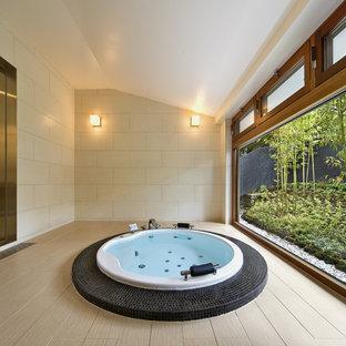 和風のおしゃれな浴室 (大型浴槽、ベージュの壁、ベージュの床) の写真