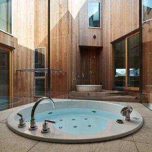 名古屋の広い和風のおしゃれなマスターバスルーム (大型浴槽、オープン型シャワー、ベージュのタイル、ライムストーンタイル、オープンシャワー) の写真