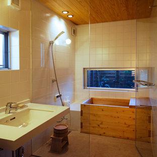 他の地域のアジアンスタイルのおしゃれな浴室 (コーナー型浴槽、オープン型シャワー、白い壁、コンソール型シンク、茶色い床、オープンシャワー) の写真