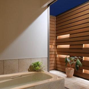 他の地域のアジアンスタイルのおしゃれなマスターバスルーム (大型浴槽、ベージュのタイル、白い壁、磁器タイルの床、ベージュの床、テラコッタタイル) の写真