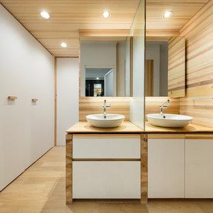 東京23区の北欧スタイルのおしゃれな浴室 (木製洗面台、白いキャビネット、白い壁、淡色無垢フローリング、ベッセル式洗面器、ベージュの床、ベージュのカウンター) の写真