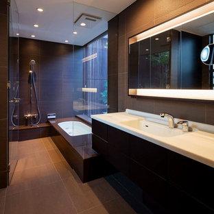 大阪のモダンスタイルのおしゃれな浴室 (フラットパネル扉のキャビネット、茶色いキャビネット、ドロップイン型浴槽、オープン型シャワー、黒い壁、一体型シンク、グレーの床、オープンシャワー) の写真