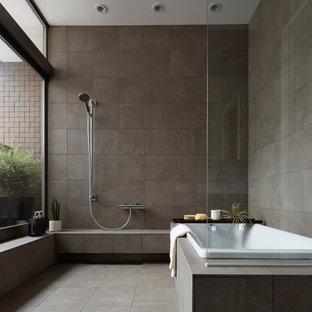 東京23区のインダストリアルスタイルのおしゃれな浴室 (コーナー型浴槽、オープン型シャワー、グレーのタイル、グレーの壁、グレーの床、オープンシャワー) の写真