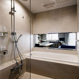 東京23区のミッドセンチュリースタイルのおしゃれなマスターバスルーム (オープン型シャワー、ベージュの壁、ベージュの床、ドロップイン型浴槽、ベージュのタイル、磁器タイル、磁器タイルの床、開き戸のシャワー) の写真