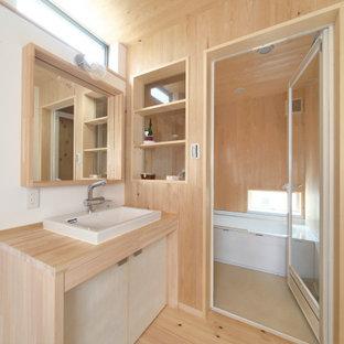 神戸の中くらいのアジアンスタイルのおしゃれなバスルーム (浴槽なし) (フラットパネル扉のキャビネット、ベージュのキャビネット、アルコーブ型浴槽、ベージュの壁、淡色無垢フローリング、オーバーカウンターシンク、木製洗面台、ベージュの床、開き戸のシャワー、ベージュのカウンター) の写真