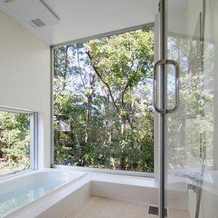 他の地域のモダンスタイルのおしゃれな浴室 (ドロップイン型浴槽、オープン型シャワー、白い壁、ベージュの床、オープンシャワー) の写真