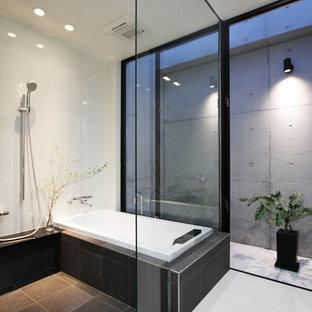他の地域のモダンスタイルのおしゃれな浴室 (コーナー型浴槽、オープン型シャワー、白い壁、黒い床、オープンシャワー) の写真