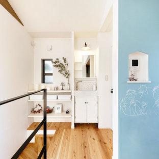 大阪の小さいアジアンスタイルのおしゃれな浴室 (白い壁、無垢フローリング、茶色い床、フラットパネル扉のキャビネット、白いキャビネット、グレーのタイル、白いタイル、モザイクタイル、コンソール型シンク) の写真