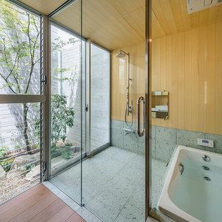 大阪の和風のおしゃれな浴室 (コーナー型浴槽、オープン型シャワー、茶色い壁、グレーの床、オープンシャワー) の写真