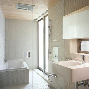 東京23区のモダンスタイルのおしゃれな浴室 (コーナー型浴槽、オープン型シャワー、白いタイル、白い壁、壁付け型シンク、白い床、オープンシャワー) の写真