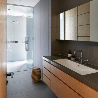 他の地域のコンテンポラリースタイルのおしゃれな浴室 (フラットパネル扉のキャビネット、中間色木目調キャビネット、バリアフリー、グレーのタイル、アンダーカウンター洗面器、グレーの床、開き戸のシャワー、グレーの洗面カウンター、洗面台1つ、フローティング洗面台) の写真
