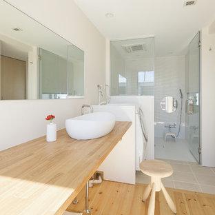 横浜の中サイズの北欧スタイルのおしゃれな浴室 (オープンシェルフ、白いキャビネット、白い壁、淡色無垢フローリング) の写真